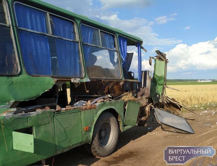 В Ивановском районе автобус насквозь распороло при ДТП, пострадала женщина