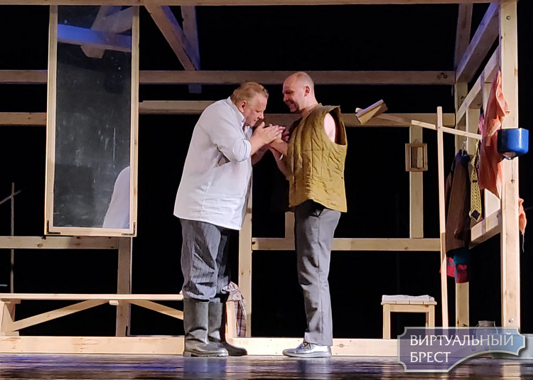 В Бресте состоялась премьера спектакля-драмы «Тихий шорох уходящих шагов». Мы посмотрели