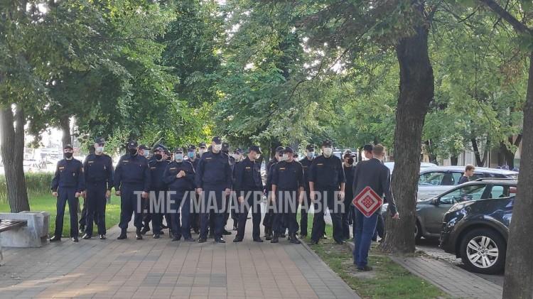 Люди аплодируют, милиция ходит колонной. Перекрыт проспект Машерова от бульвара до ЦУМа.