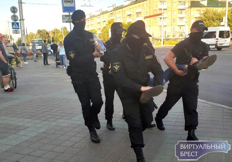 """В Бресте начались задержания, людей """"пакует"""" ОМОН вперёд ногами"""