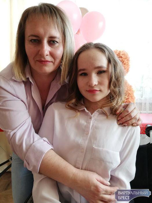 «Гарантии на жизнь нам не давали». История Юлии из Лунинца, девочки в инвалидной коляске