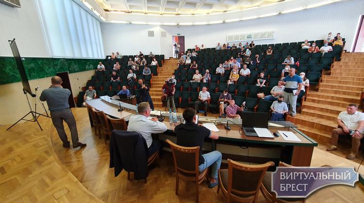 Большая часть противников завода АКБ покинула зал в знак протеста, но встреча продолжается