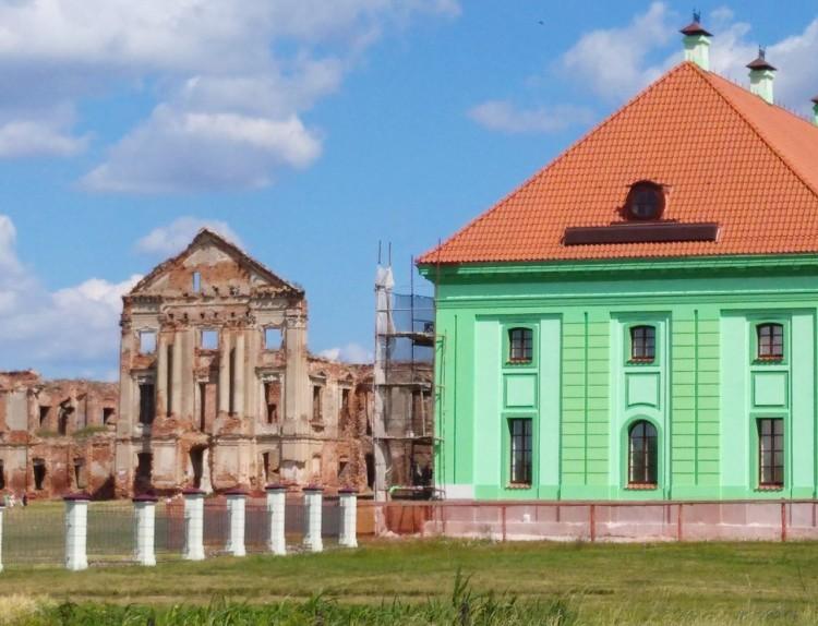 Фасад корпуса Ружанского дворца красят в светло-зеленый цвет. Как это выглядит