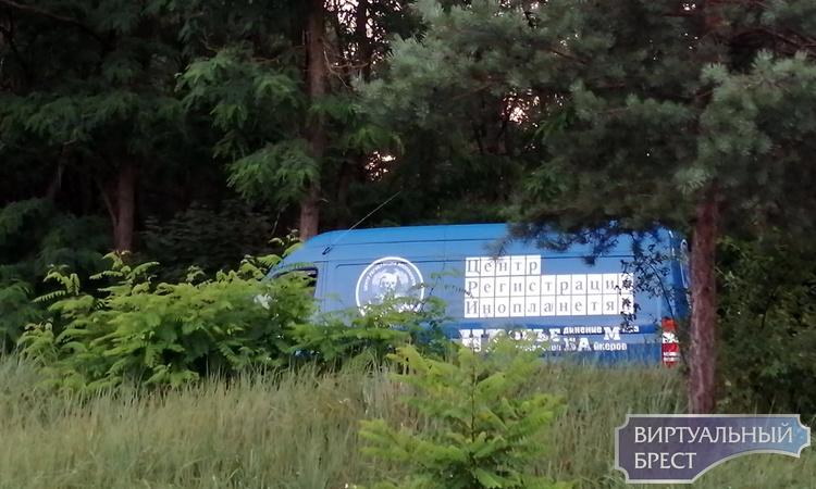 Автомобиль Центра Регистрации Инопланетян видели в Бресте? Показываем, прячется в кустах