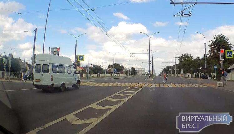 Маршрутчик задумался (наверное) и промчал светофор на красный как ни в чем не бывало