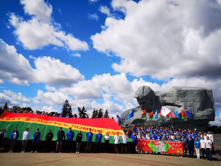 Полотно «Беларусь помнит!» развернули в Брестской крепости-герое