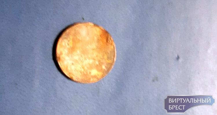 Брестчанин обнаружил ржавую монету, говорит, что выдали в банке. Оказалось, не ему одному