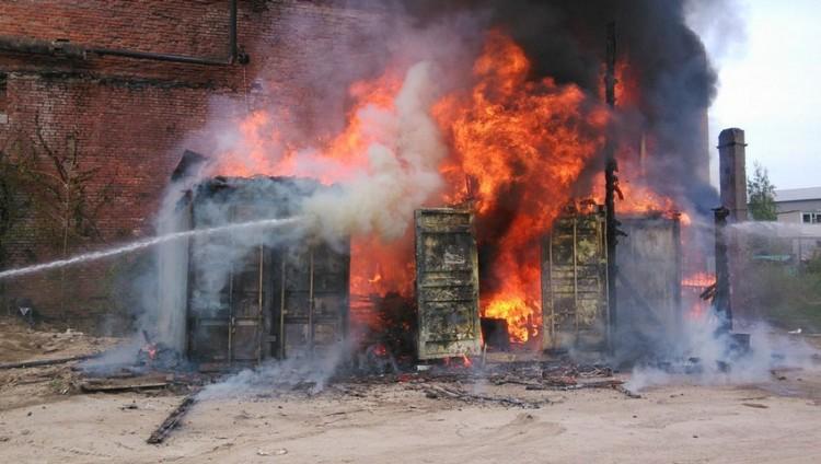 Охранник попытался потушить пожар в строительном вагончике и оказался в больнице