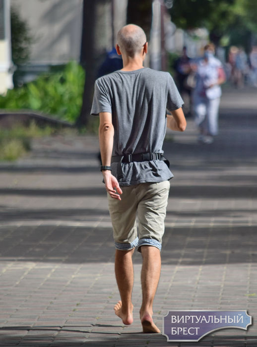 Босоногий мужчина гулял по Бресту. Кажется, он буквально воспринял слова президента