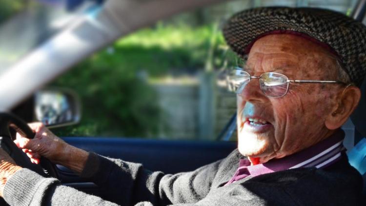 Пьяный дедушка пытался уехать на неисправном автомобиле, и если бы не лопнуло колесо...