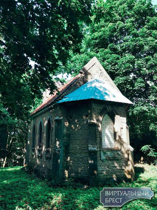 Часовня-усыпальница Толлочко, Брестский район д. Раковица в стиле неоготики