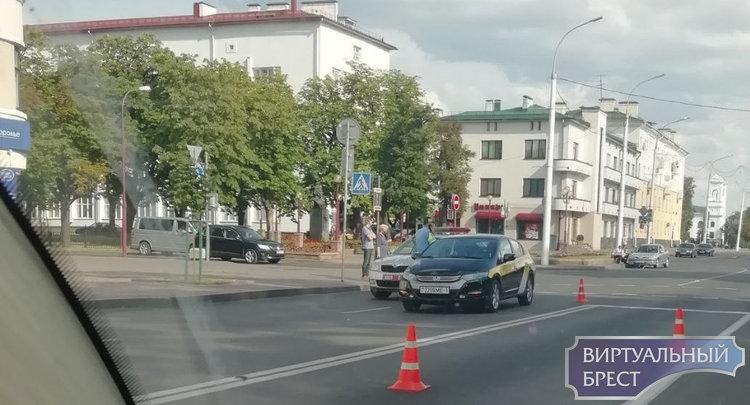 Разлетелись в разные стороны... Автомобиль такси сбил двоих подростков
