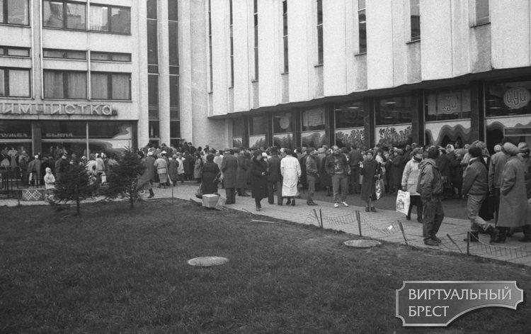 Это были времена дефицита... Архивные кадры с улиц Бреста, где шла выездная торговля