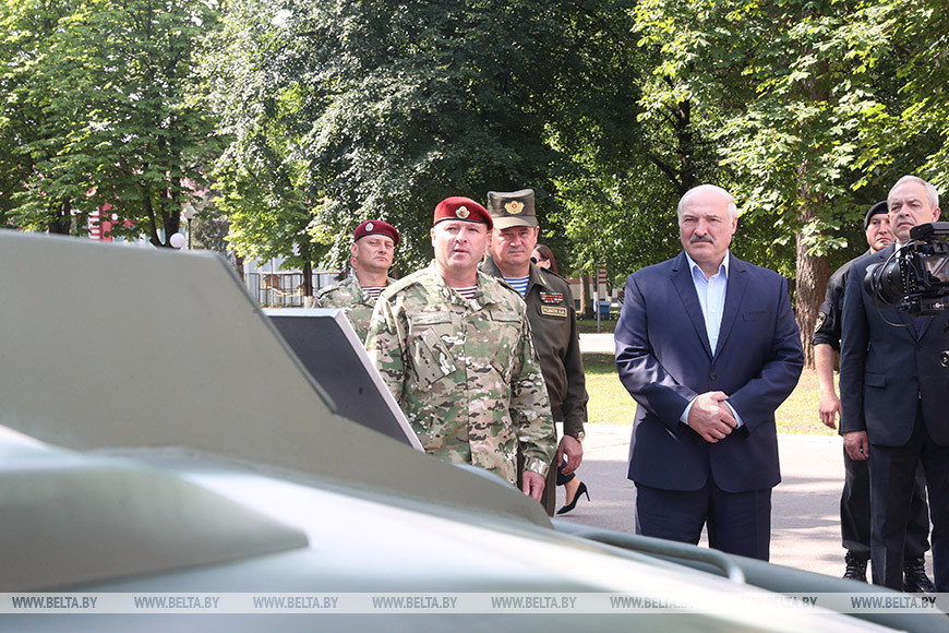 Лукашенко об уличных акциях: никому не позволено пинать ногами правоохранителей