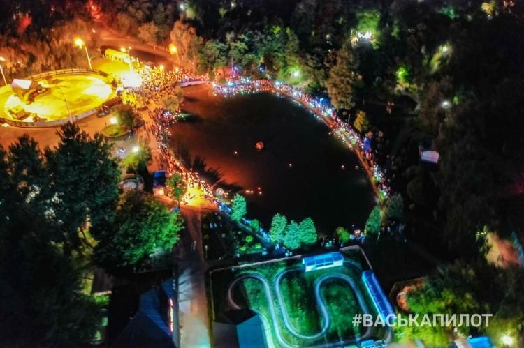 Смотрите, сколько людей пришло сегодня вечером в парк запускать на воду озера фонарики