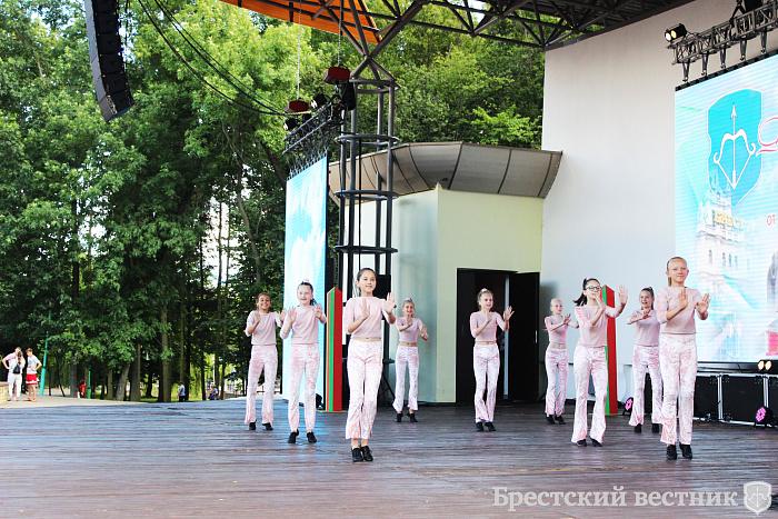 В городском парке прошел праздничный концерт «Память сильнее времени»