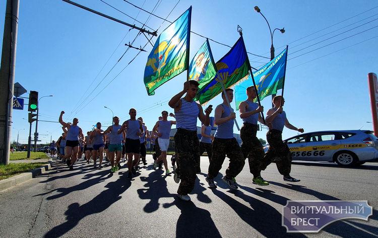 Расплескалась синева... Смотрите, как бежали десантники по улицам города Бреста