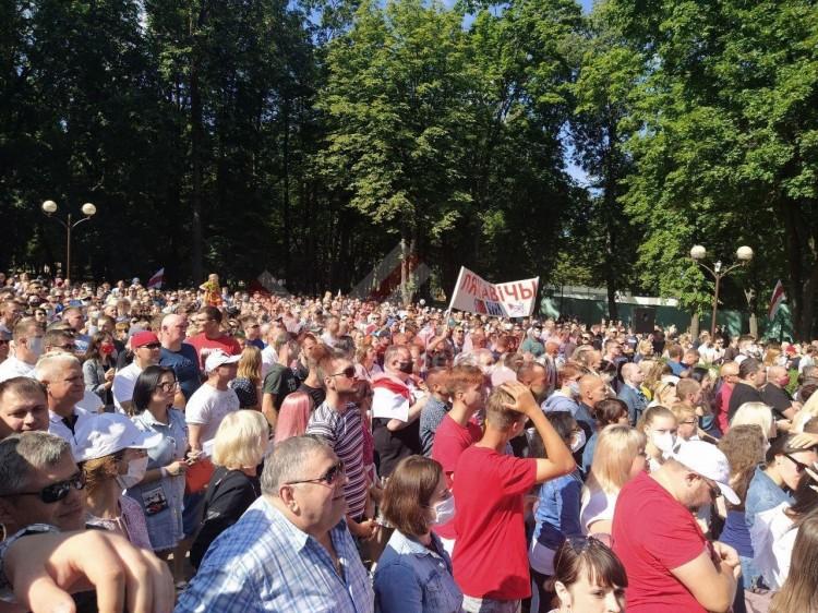 Тихановская уже близко... В Барановичах проходит митинг в её поддержку (видеотрансляция)