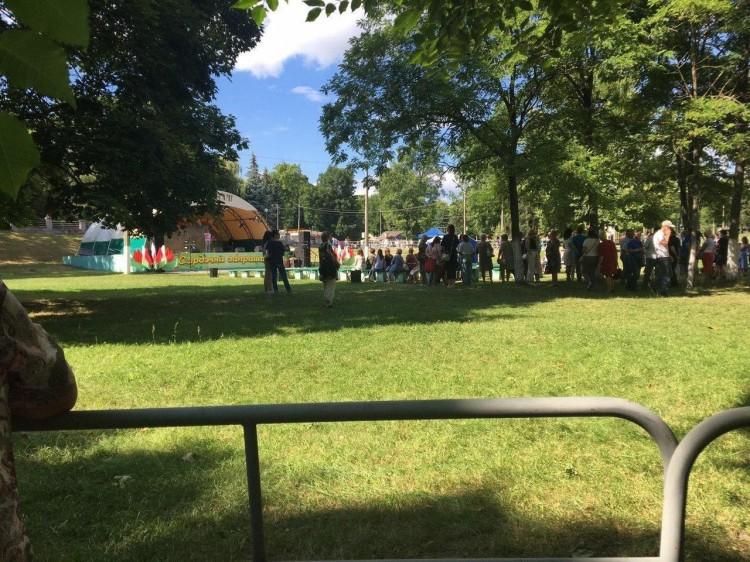 На месте проведения предвыборных пикетов в городском парке Пинска идет концерт