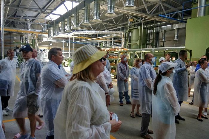 Пришли даже дети... Брестчане посетили аккумуляторный завод