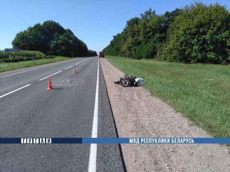 Водитель МАЗа насмерть сбил пожилого мужчину, который ехал на мопеде по краю проезжей части