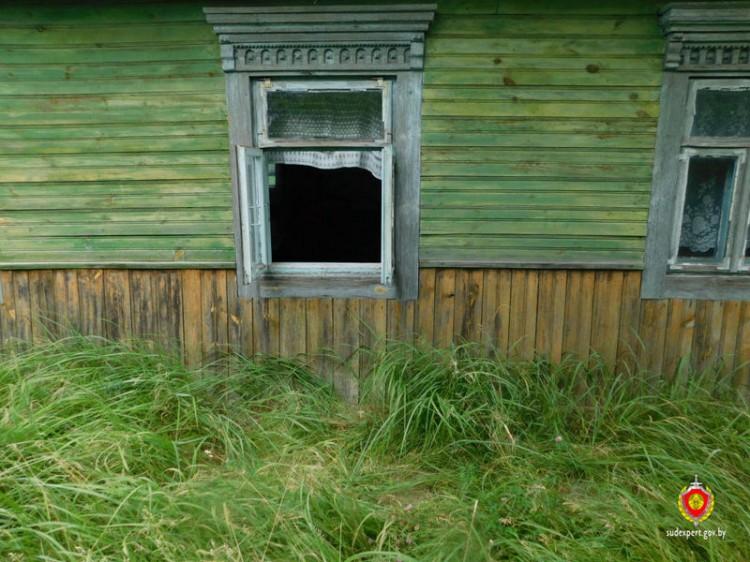 Следы пальцев рук, оставленные на осколке стекла, помогли раскрыть кражу в деревне Петровичи