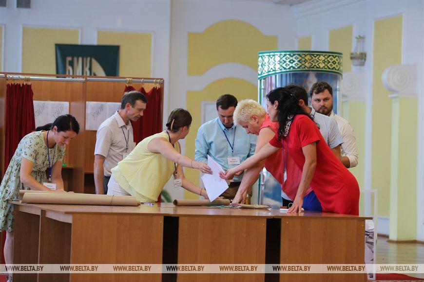 Подсчет голосов на избирательных участках в Бресте