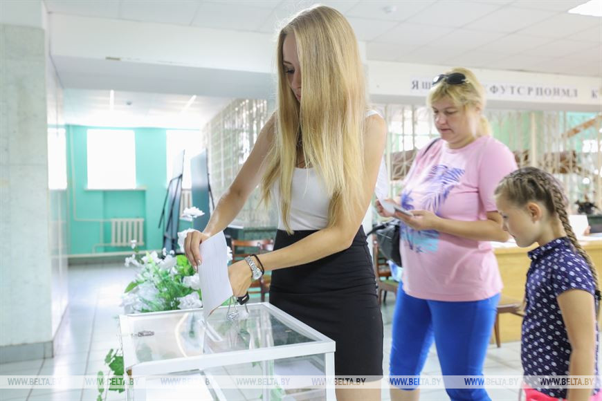 В агрогородке Чернавчицы проходит голосование на избирательном участке и на дому